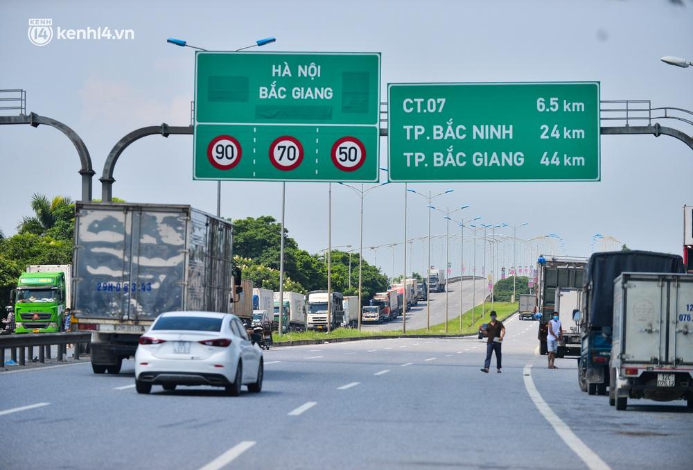 Hà Nội: Chốt kiểm dịch cầu Phù Đổng thông thoáng, nhiều tài xế xe đường dài phải ăn mì tôm 2 ngày chờ qua chốt - Ảnh 9.