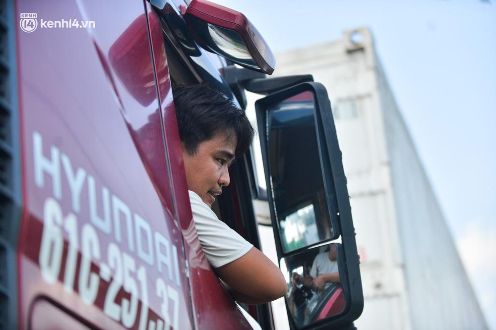 Hà Nội: Chốt kiểm dịch cầu Phù Đổng thông thoáng, nhiều tài xế xe đường dài phải ăn mì tôm 2 ngày chờ qua chốt - Ảnh 13.