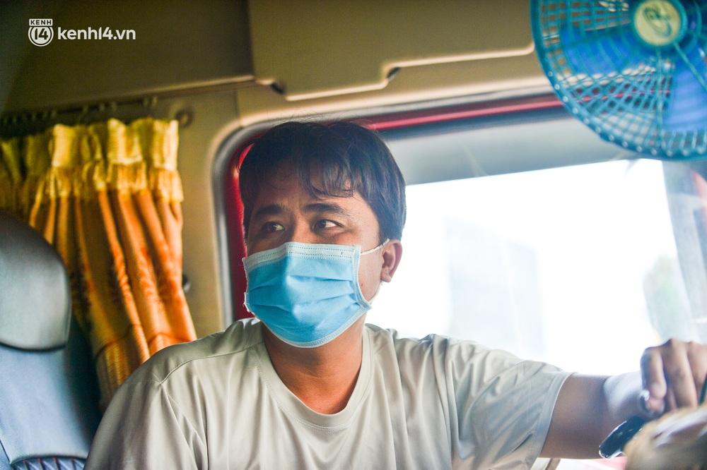 Hà Nội: Chốt kiểm dịch cầu Phù Đổng thông thoáng, nhiều tài xế xe đường dài phải ăn mì tôm 2 ngày chờ qua chốt - Ảnh 14.