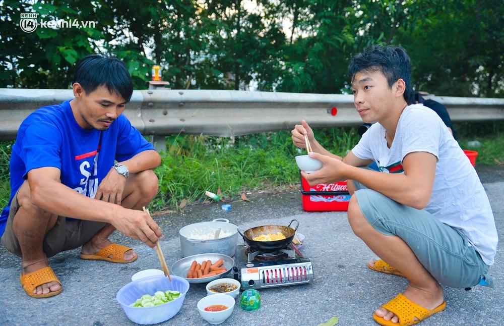 Tài xế container nấu ăn bên lề đường, chờ giấy thông hành để vào Hà Nội: Tôi bị kẹt ở đây 5 ngày rồi chưa chuyển hàng được - Ảnh 2.