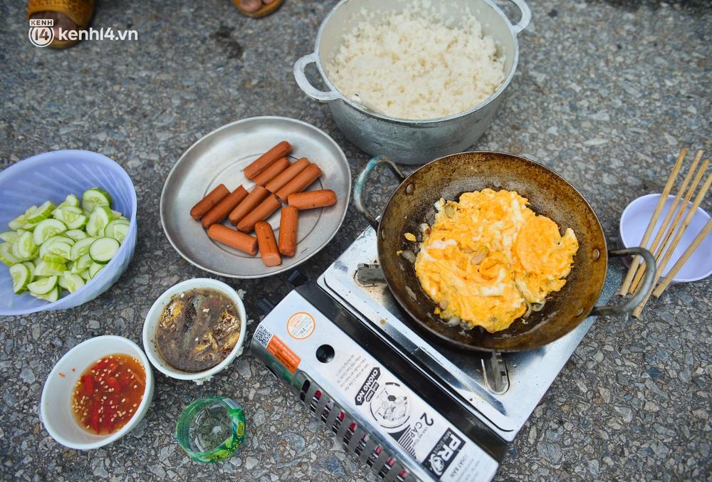 Tài xế container nấu ăn bên lề đường, chờ giấy thông hành để vào Hà Nội: Tôi bị kẹt ở đây 5 ngày rồi chưa chuyển hàng được - Ảnh 3.