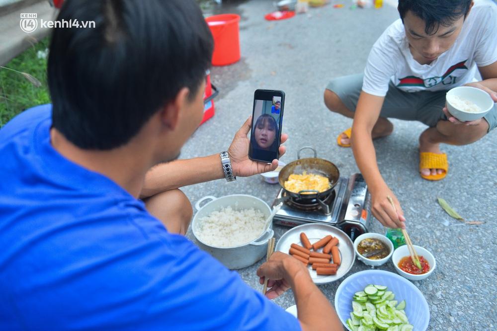Tài xế container nấu ăn bên lề đường, chờ giấy thông hành để vào Hà Nội: Tôi bị kẹt ở đây 5 ngày rồi chưa chuyển hàng được - Ảnh 9.