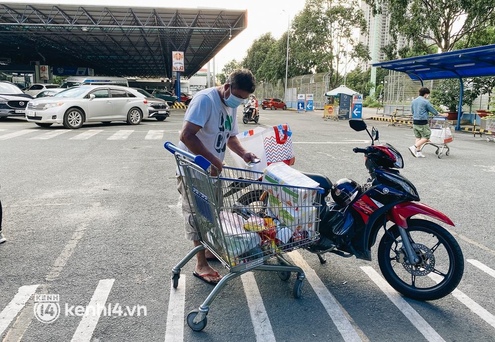 Ảnh: Siêu thị đóng cửa sớm, người dân TP.HCM tranh thủ mua sắm để trở về nhà trước 18h tối - Ảnh 6.