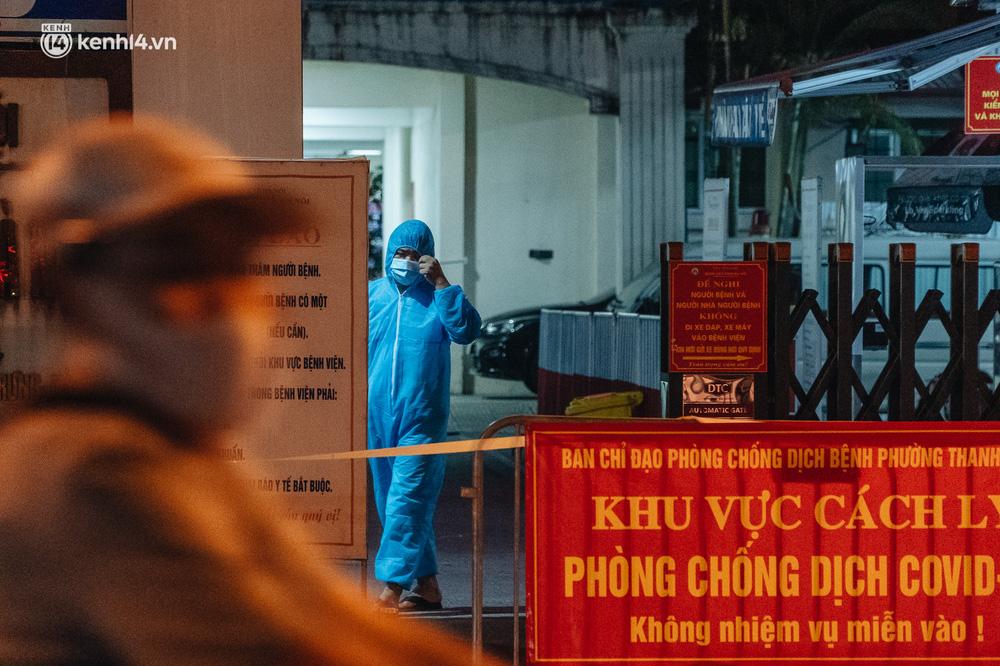 Ảnh: Xuyên đêm thiết lập chốt phong tỏa tại Bệnh viện Phổi Hà Nội sau khi ghi nhận 9 ca dương tính SARS-CoV-2 - Ảnh 6.
