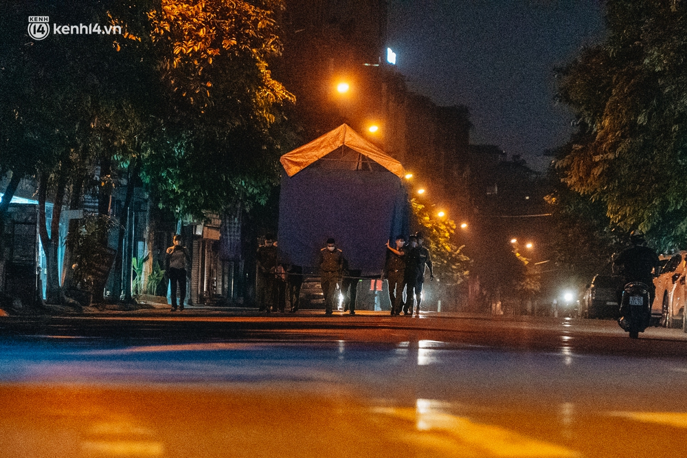 Ảnh: Xuyên đêm thiết lập chốt phong tỏa tại Bệnh viện Phổi Hà Nội sau khi ghi nhận 9 ca dương tính SARS-CoV-2 - Ảnh 3.