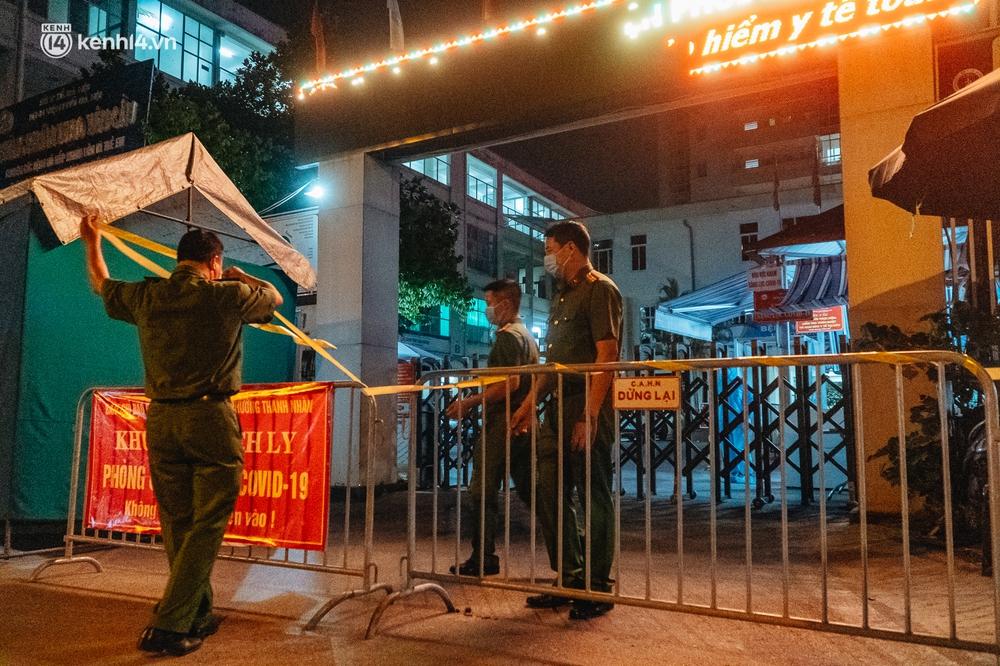 Ảnh: Xuyên đêm thiết lập chốt phong tỏa tại Bệnh viện Phổi Hà Nội sau khi ghi nhận 9 ca dương tính SARS-CoV-2 - Ảnh 5.
