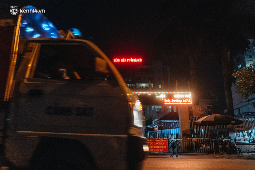 Ảnh: Xuyên đêm thiết lập chốt phong tỏa tại Bệnh viện Phổi Hà Nội sau khi ghi nhận 9 ca dương tính SARS-CoV-2 - Ảnh 14.