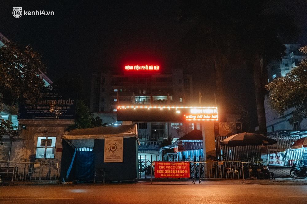 Ảnh: Xuyên đêm thiết lập chốt phong tỏa tại Bệnh viện Phổi Hà Nội sau khi ghi nhận 9 ca dương tính SARS-CoV-2 - Ảnh 1.