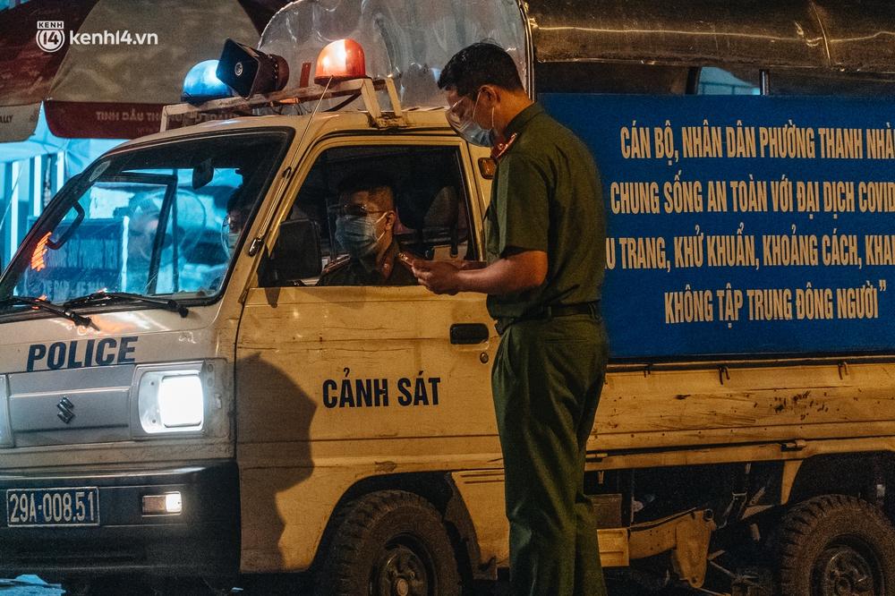 Ảnh: Xuyên đêm thiết lập chốt phong tỏa tại Bệnh viện Phổi Hà Nội sau khi ghi nhận 9 ca dương tính SARS-CoV-2 - Ảnh 13.