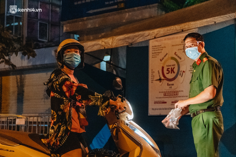 Ảnh: Xuyên đêm thiết lập chốt phong tỏa tại Bệnh viện Phổi Hà Nội sau khi ghi nhận 9 ca dương tính SARS-CoV-2 - Ảnh 10.