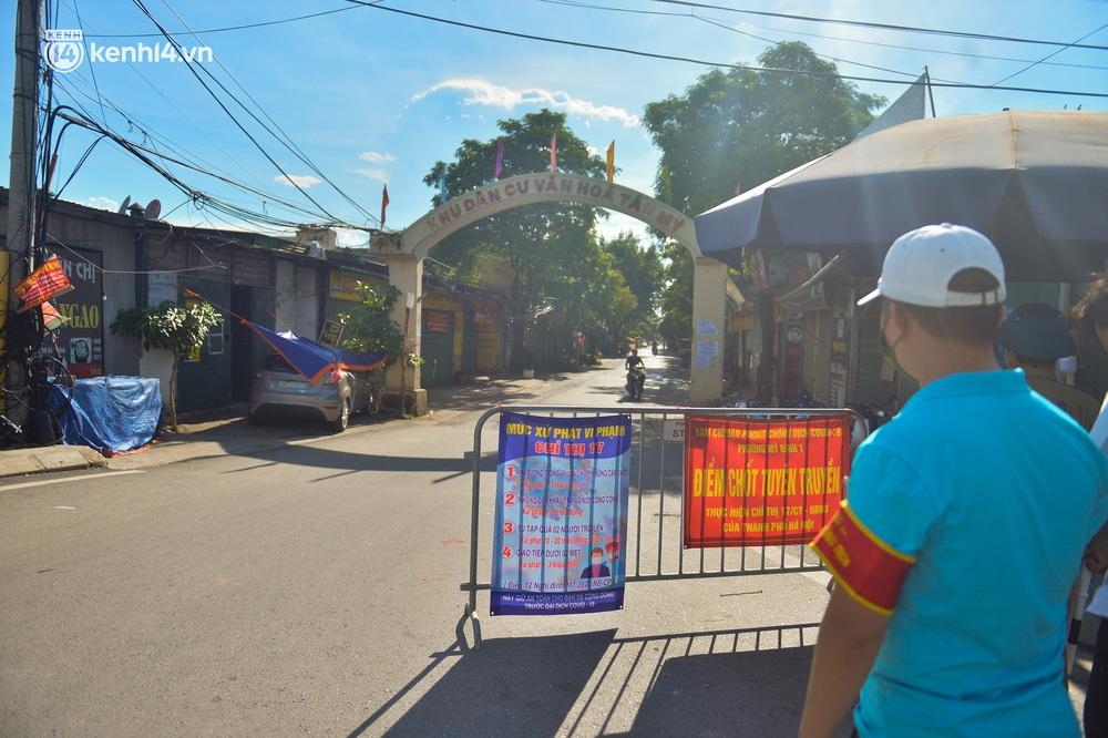 Ảnh: Lập chốt tại các làng ở quận Nam Từ Liêm, người dân ra ngoài không cần thiết sẽ bị xử phạt - Ảnh 6.
