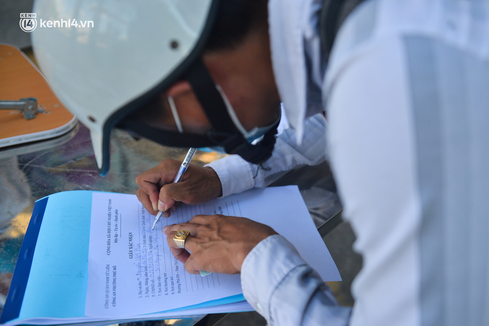 Ảnh: Lập chốt tại các làng ở quận Nam Từ Liêm, người dân ra ngoài không cần thiết sẽ bị xử phạt - Ảnh 15.