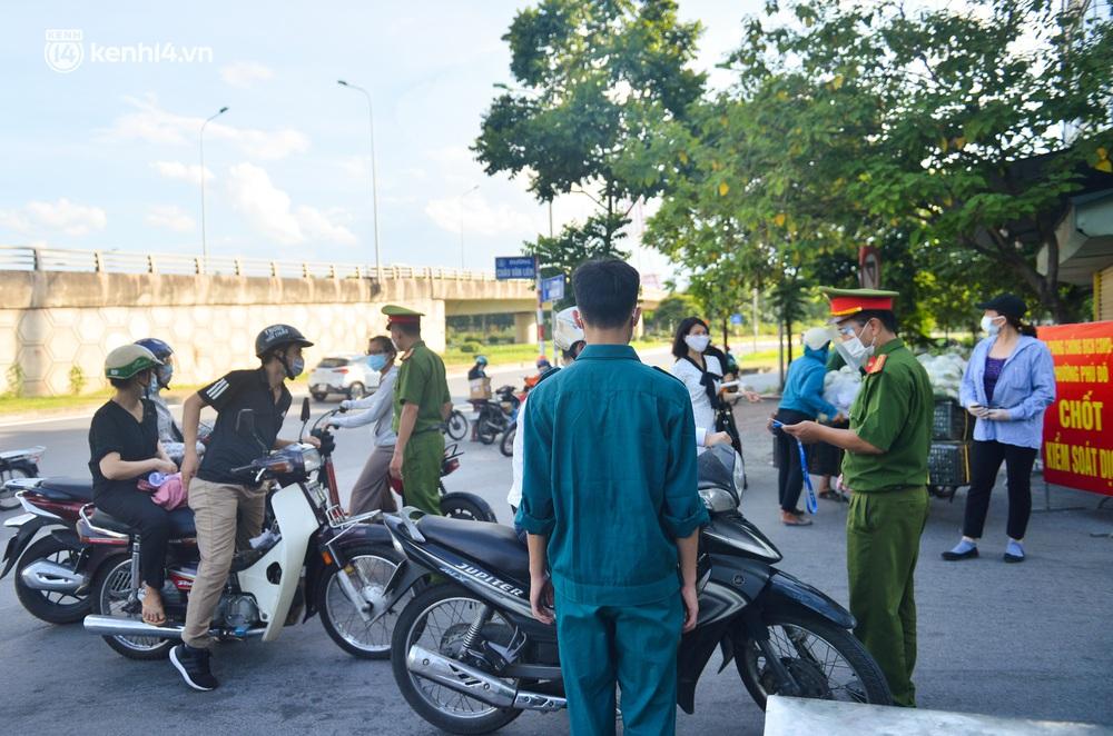 Ảnh: Lập chốt tại các làng ở quận Nam Từ Liêm, người dân ra ngoài không cần thiết sẽ bị xử phạt - Ảnh 12.