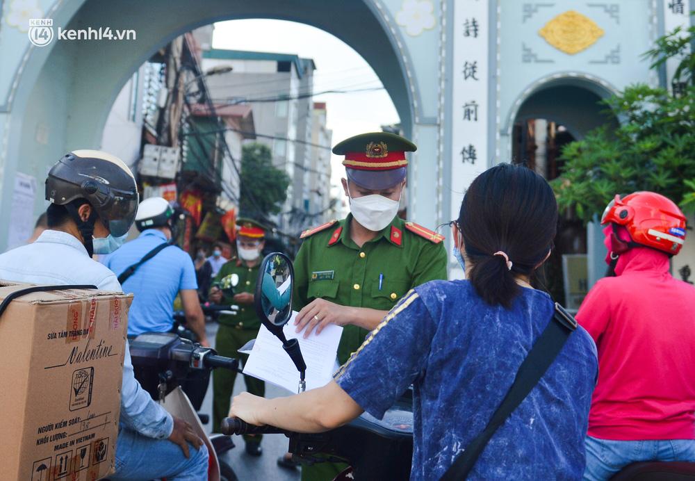Ảnh: Lập chốt tại các làng ở quận Nam Từ Liêm, người dân ra ngoài không cần thiết sẽ bị xử phạt - Ảnh 11.