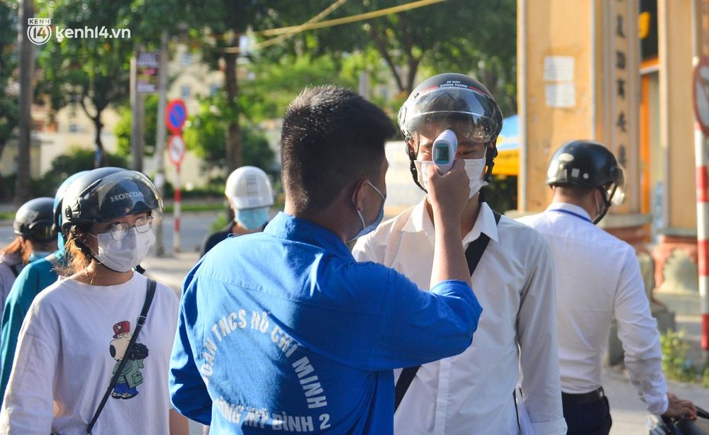 Ảnh: Lập chốt tại các làng ở quận Nam Từ Liêm, người dân ra ngoài không cần thiết sẽ bị xử phạt - Ảnh 4.