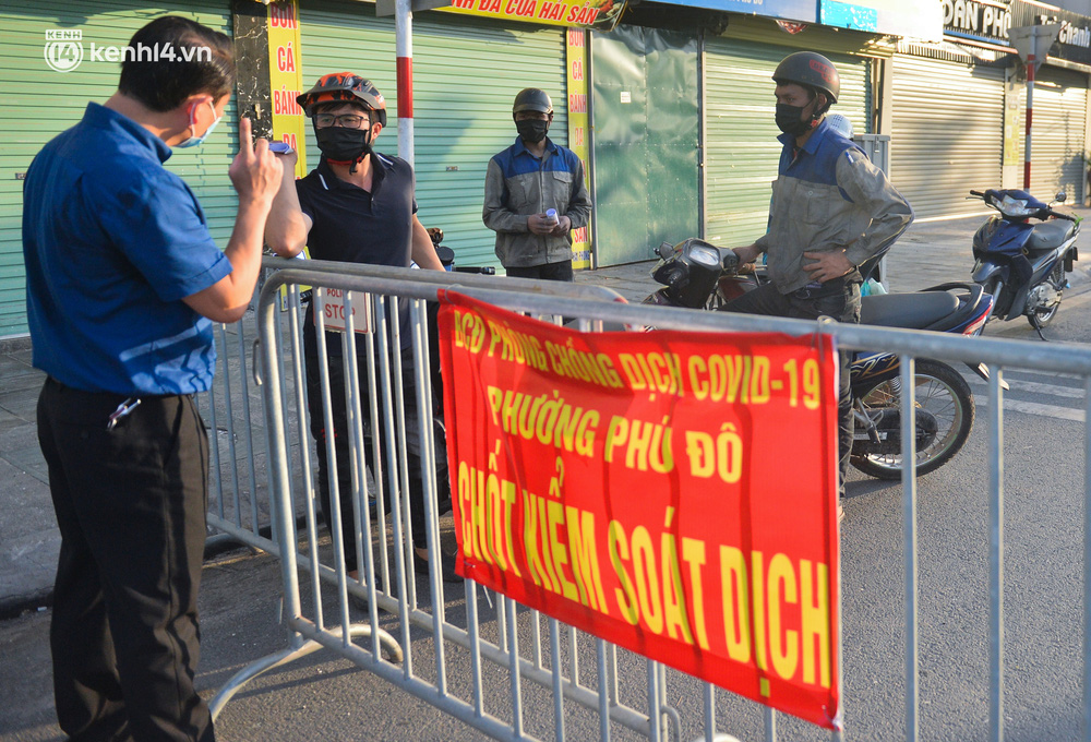 Ảnh: Lập chốt tại các làng ở quận Nam Từ Liêm, người dân ra ngoài không cần thiết sẽ bị xử phạt - Ảnh 13.