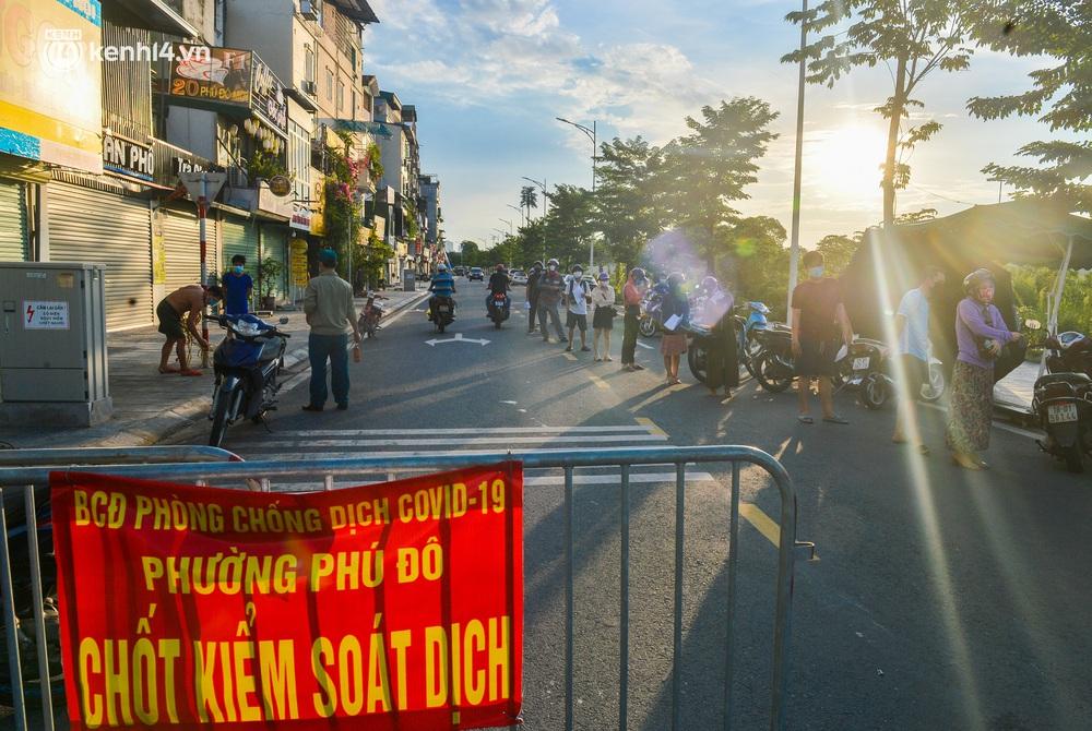 Ảnh: Lập chốt tại các làng ở quận Nam Từ Liêm, người dân ra ngoài không cần thiết sẽ bị xử phạt - Ảnh 16.