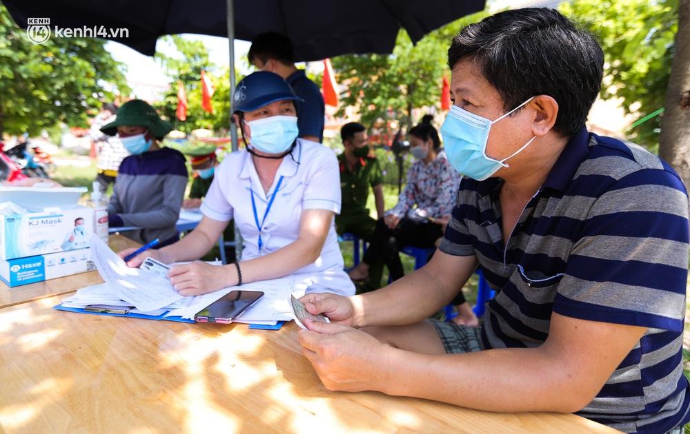 Ảnh: Phòng chống dịch Covid-19, một phường ở Hà Nội phát phiếu ra đường cho người dân 1 lần 1 ngày - Ảnh 7.