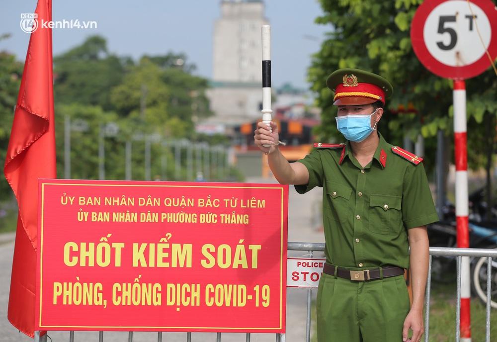 Ảnh: Phòng chống dịch Covid-19, một phường ở Hà Nội phát phiếu ra đường cho người dân 1 lần 1 ngày - Ảnh 4.