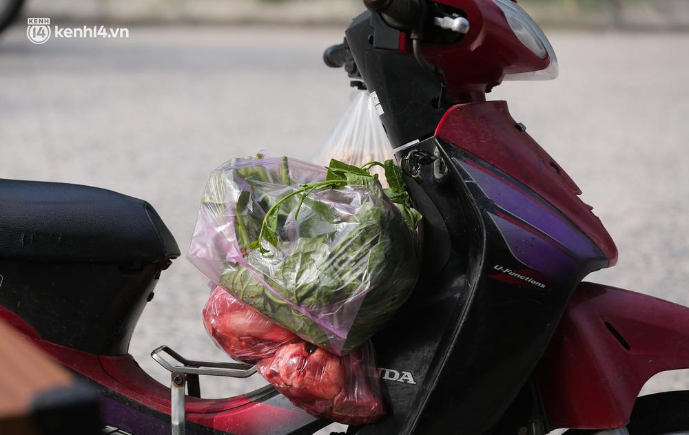Ảnh: Phòng chống dịch Covid-19, một phường ở Hà Nội phát phiếu ra đường cho người dân 1 lần 1 ngày - Ảnh 8.