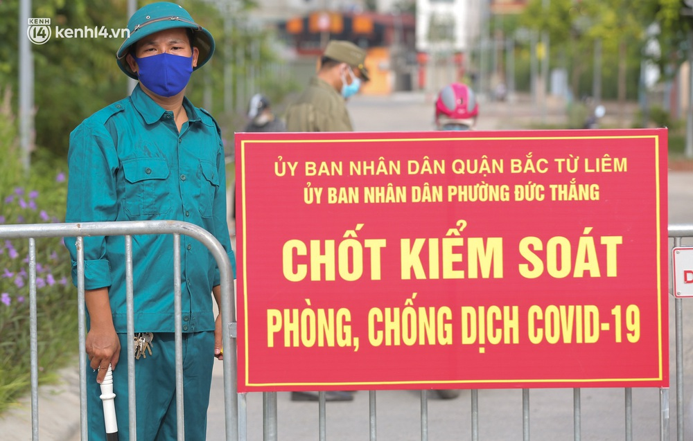 Ảnh: Phòng chống dịch Covid-19, một phường ở Hà Nội phát phiếu ra đường cho người dân 1 lần 1 ngày - Ảnh 9.