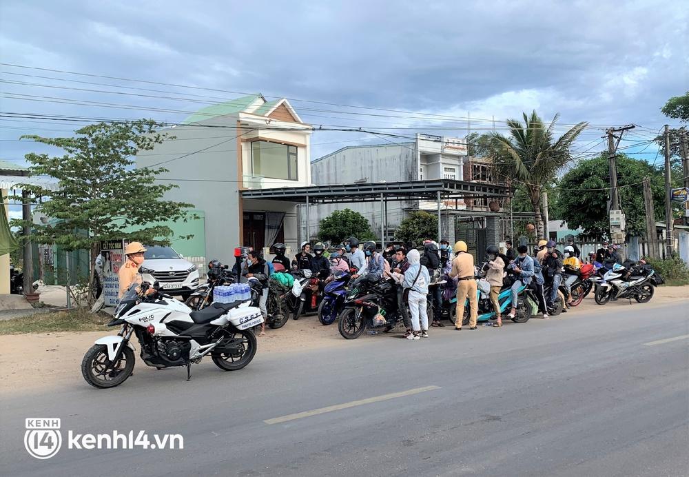 Biệt đội áo xanh xuyên đêm sửa xe miễn phí, tiếp sức cho người dân chạy xe máy từ TP.HCM về quê - Ảnh 1.