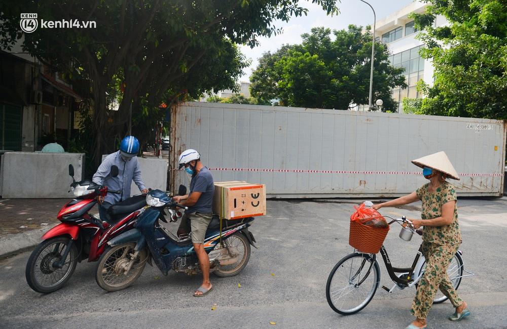 Điều xe tải, dùng gạch, thùng container làm chốt phong tỏa: Người dân vẫn dùng mọi cách để thông chốt - Ảnh 1.