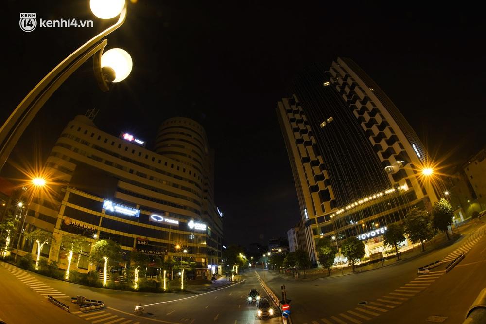 Ảnh: Đêm Hà Nội vắng hơn Tết, đường phố không một bóng người trong những ngày giãn cách xã hội - Ảnh 10.