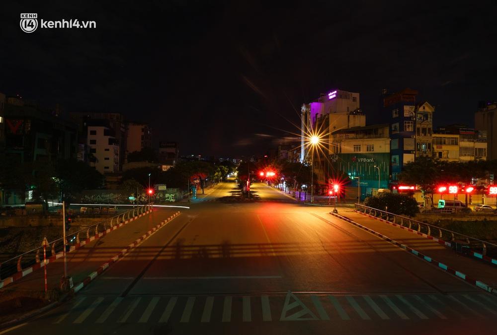 Ảnh: Đêm Hà Nội vắng hơn Tết, đường phố không một bóng người trong những ngày giãn cách xã hội - Ảnh 9.