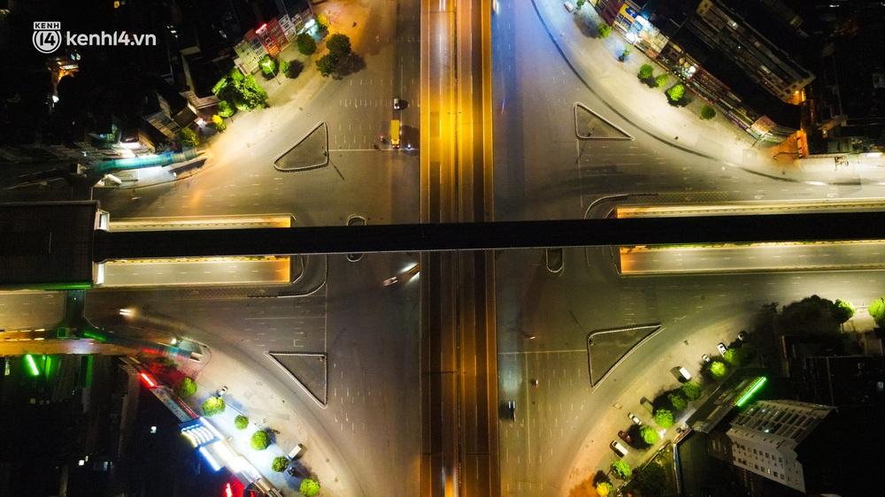 Ảnh: Đêm Hà Nội vắng hơn Tết, đường phố không một bóng người trong những ngày giãn cách xã hội - Ảnh 3.