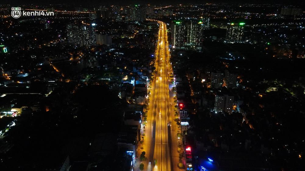 Ảnh: Đêm Hà Nội vắng hơn Tết, đường phố không một bóng người trong những ngày giãn cách xã hội - Ảnh 2.