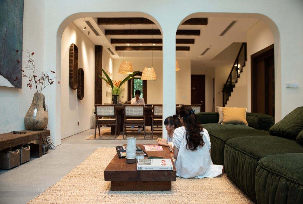 Căn villa 400m2 có khoảng sân vườn ngập nắng gió, thiết kế đẹp tinh tế, giản đơn đề cao sự không hoàn hảo - Ảnh 3.