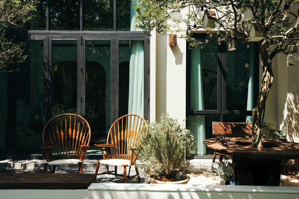 Căn villa 400m2 có khoảng sân vườn ngập nắng gió, thiết kế đẹp tinh tế, giản đơn đề cao sự không hoàn hảo - Ảnh 1.