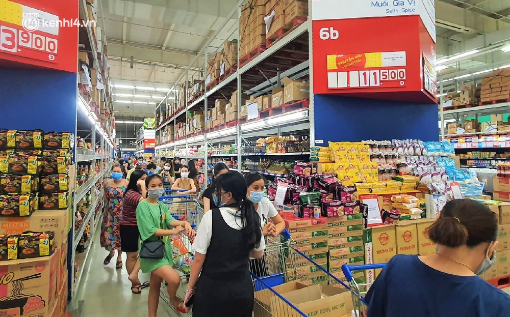 Ảnh: Nhiều người đổ vào siêu thị mua đồ tích trữ trước ngày Đà Nẵng thực hiện mạnh hơn Chỉ thị 16 - Ảnh 15.