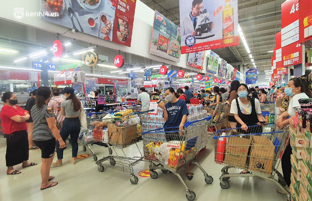 Ảnh: Nhiều người đổ vào siêu thị mua đồ tích trữ trước ngày Đà Nẵng thực hiện mạnh hơn Chỉ thị 16 - Ảnh 14.