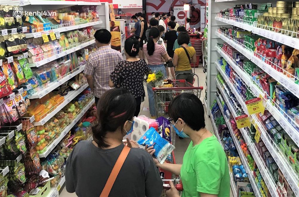 Ảnh: Nhiều người đổ vào siêu thị mua đồ tích trữ trước ngày Đà Nẵng thực hiện mạnh hơn Chỉ thị 16 - Ảnh 3.