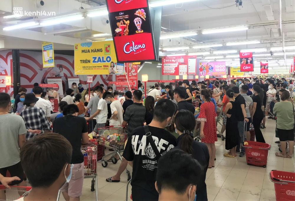 Ảnh: Nhiều người đổ vào siêu thị mua đồ tích trữ trước ngày Đà Nẵng thực hiện mạnh hơn Chỉ thị 16 - Ảnh 8.