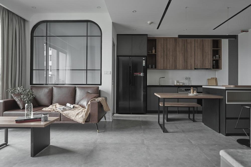 Vợ chồng trẻ mua căn hộ 76m2, chọn màu bê tông sắc lạnh nhìn chất như phim - Ảnh 1.