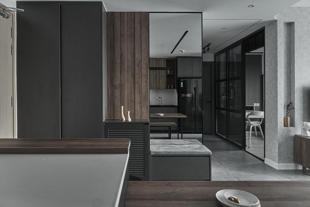 Vợ chồng trẻ mua căn hộ 76m2, chọn màu bê tông sắc lạnh nhìn chất như phim - Ảnh 2.