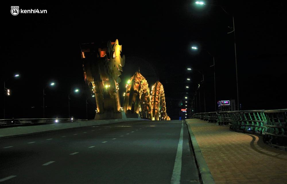 Ảnh: Những con phố lặng thinh trong ngày đầu Đà Nẵng lập nhiều chốt kiểm tra sau 18h - Ảnh 7.