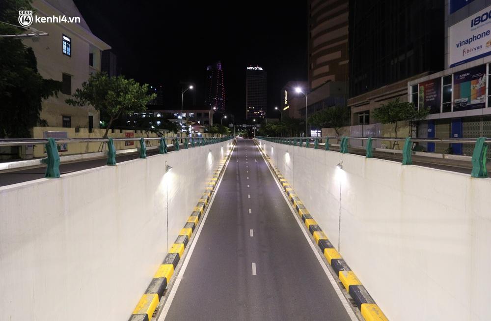 Ảnh: Những con phố lặng thinh trong ngày đầu Đà Nẵng lập nhiều chốt kiểm tra sau 18h - Ảnh 8.