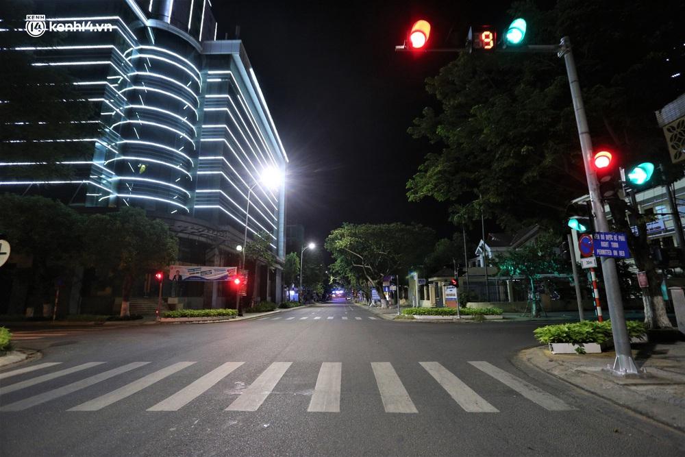 Ảnh: Những con phố lặng thinh trong ngày đầu Đà Nẵng lập nhiều chốt kiểm tra sau 18h - Ảnh 17.