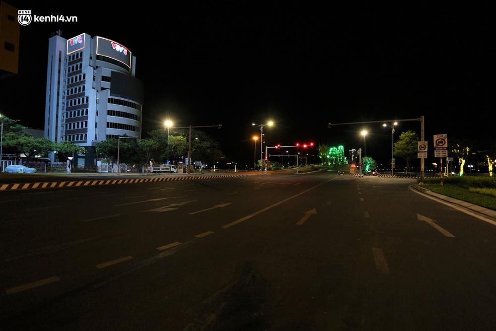 Ảnh: Những con phố lặng thinh trong ngày đầu Đà Nẵng lập nhiều chốt kiểm tra sau 18h - Ảnh 1.