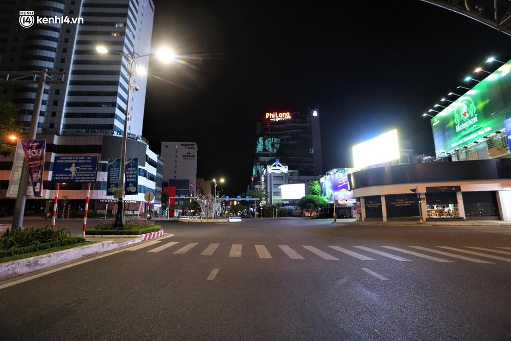 Ảnh: Những con phố lặng thinh trong ngày đầu Đà Nẵng lập nhiều chốt kiểm tra sau 18h - Ảnh 12.