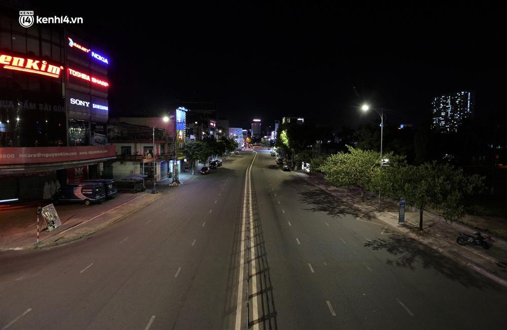 Ảnh: Những con phố lặng thinh trong ngày đầu Đà Nẵng lập nhiều chốt kiểm tra sau 18h - Ảnh 15.