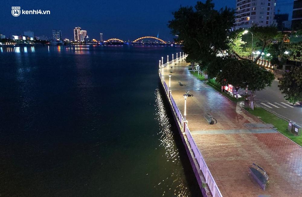 Ảnh: Những con phố lặng thinh trong ngày đầu Đà Nẵng lập nhiều chốt kiểm tra sau 18h - Ảnh 11.