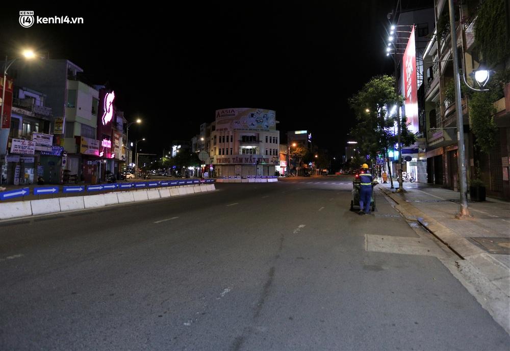 Ảnh: Những con phố lặng thinh trong ngày đầu Đà Nẵng lập nhiều chốt kiểm tra sau 18h - Ảnh 16.