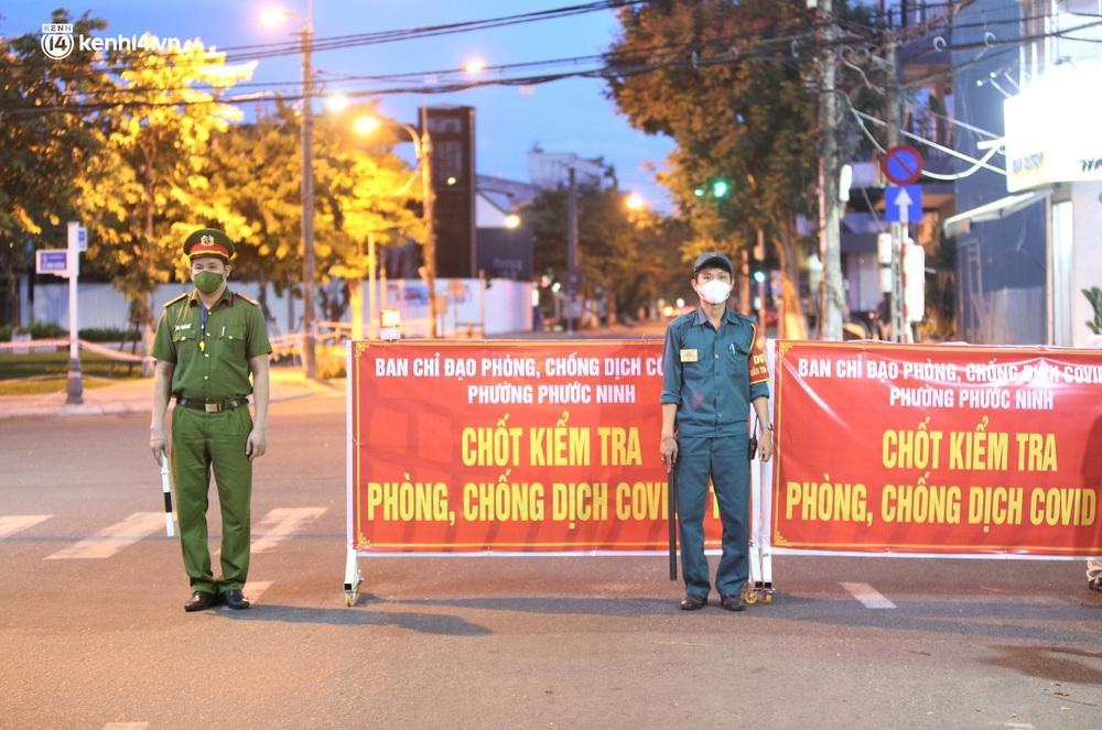 Ảnh: Những con phố lặng thinh trong ngày đầu Đà Nẵng lập nhiều chốt kiểm tra sau 18h - Ảnh 3.