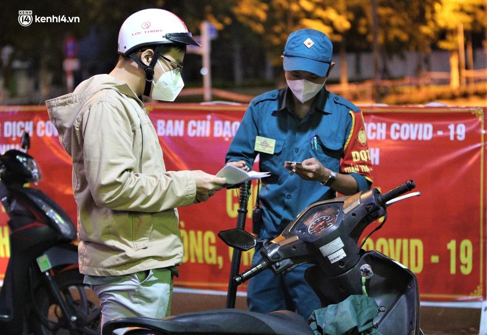 Ảnh: Những con phố lặng thinh trong ngày đầu Đà Nẵng lập nhiều chốt kiểm tra sau 18h - Ảnh 4.