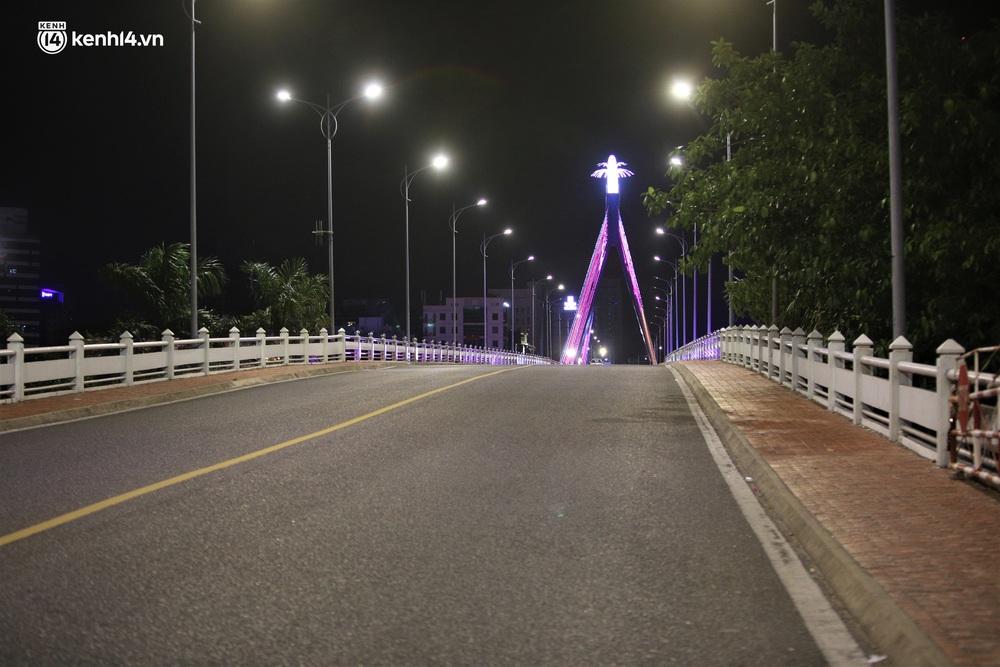 Ảnh: Những con phố lặng thinh trong ngày đầu Đà Nẵng lập nhiều chốt kiểm tra sau 18h - Ảnh 2.